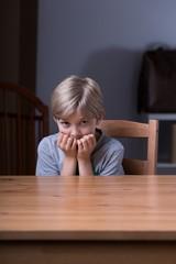 كيف تتعامل بوعي مع طفلك الذي يخاف الأماكن المظلمة