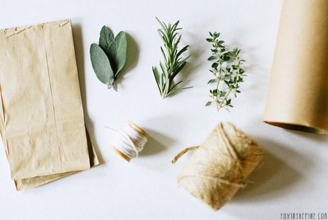 Envolver regalos con paquetes naturales