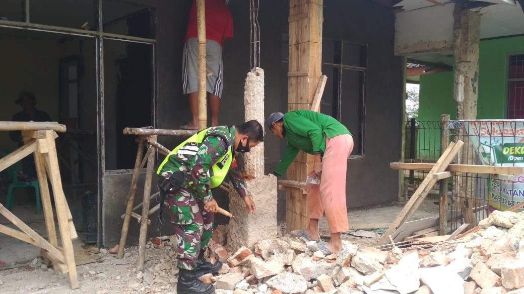 Babinsa Desa Hegarmanah Ikut Gotong Royong Membangun Perbaikan Kantor Desa