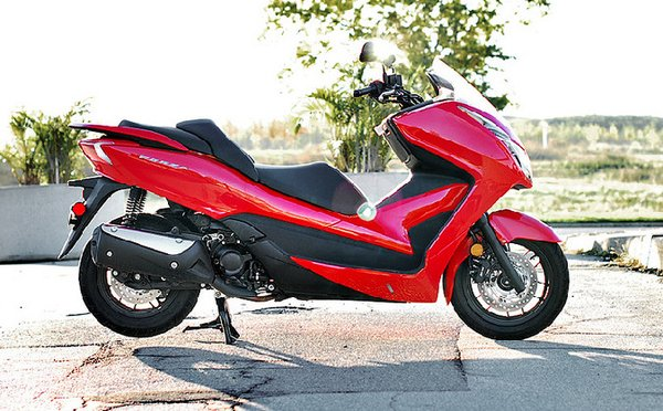 Большой скутер Honda Forza 300