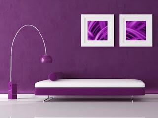 Sala decorada con violeta