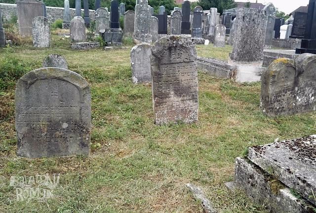 Régi sírkövek egymás mellett.