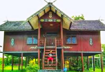 Rumah adat Kalimantan Tega dinamankan Rumah Betang. Rumah itu panjang bawah kolongnya digunakan untuk bertenun dan menumbuk padi. Satu bangunan rumah dihuni oleh kurang lebih 20 kepala keluarga.