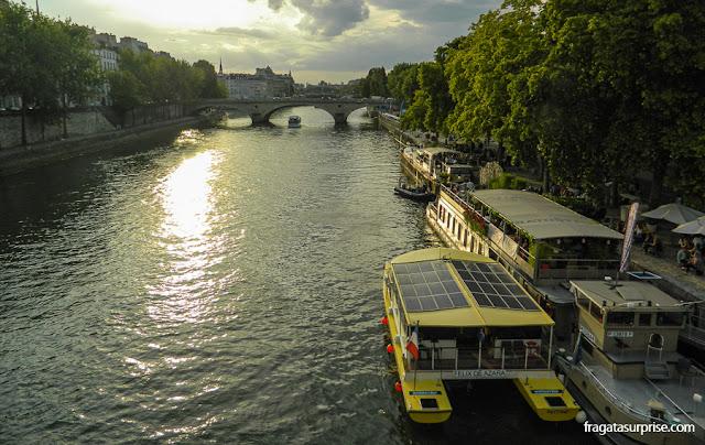 Entardecer no Rio Sena, em Paris