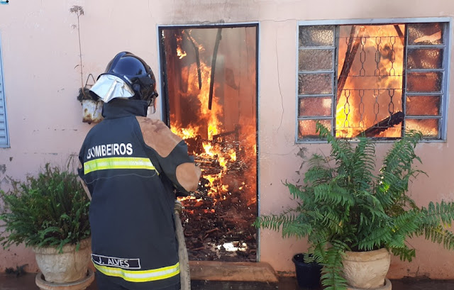 Casa fica destruída após pegar fogo em NOVA ANDRADINA