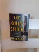 Kirja The Only Child tuolin selkänojalla