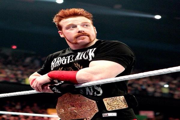 نجم WWE يسجل عودته للعروض بعد الإصابة