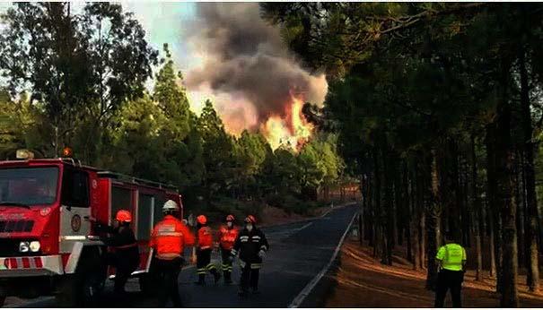 Noche favorable para el incendio de Gran Canaria, pero sigue activo