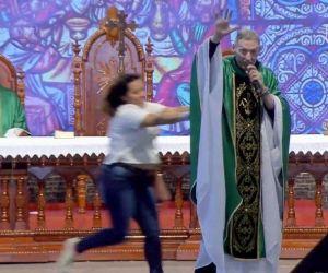 VÍDEO: Mulher empurra Padre Marcelo Rossi de altar durante missa