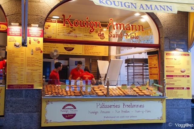 Vetrina di pasticceria che vende i tipici Kouign Amann