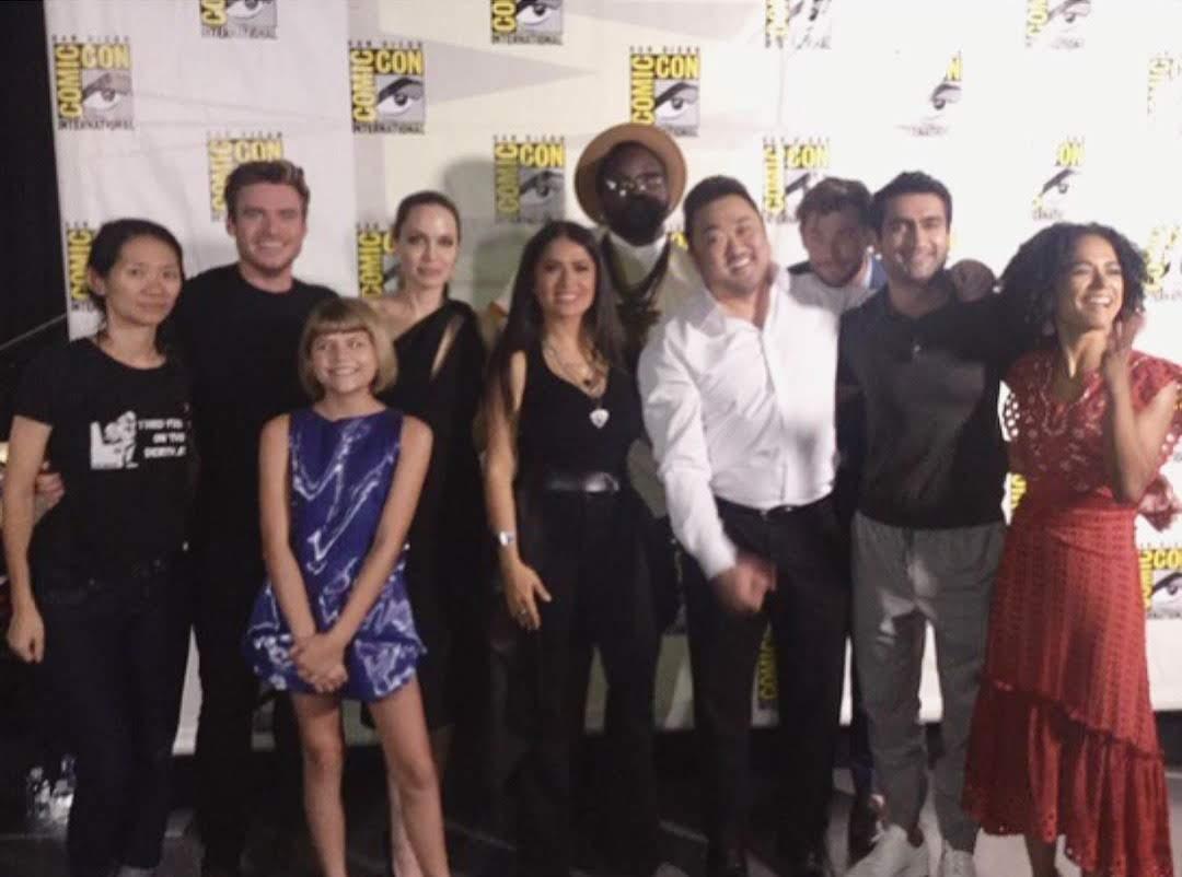 Marvel's Eternals cast picture photobombed by Thor : アンジェリーナ・ジョリーが、マーベル・シネマティック・ユニバースに登場することで話題の最新作「エターナルズ」に、雷神ソーが電撃参戦することを、ヘムジーが勝手に決定 ? !