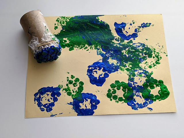 easy and fun bubble wrap stamp art for kids using cardboard tube