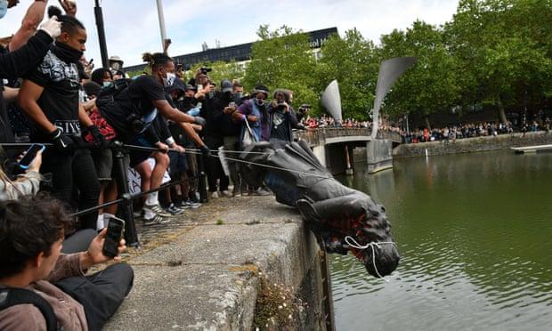 Памятник работорговцу утопили в реке (правительство вытащило его обратно)