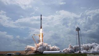 phi thuyền  Crew Dragon phóng lên từ bệ phóng