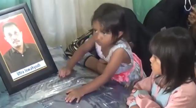 Pilu 2 Putri Iswahyudi, Teknisi Rimbun Air yang Jatuh di Papua, Pandangi Foto Ayah Mereka