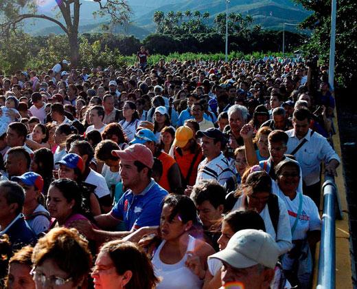 Miles de venezolanos madrugaron para cruzar la frontera con Colombia