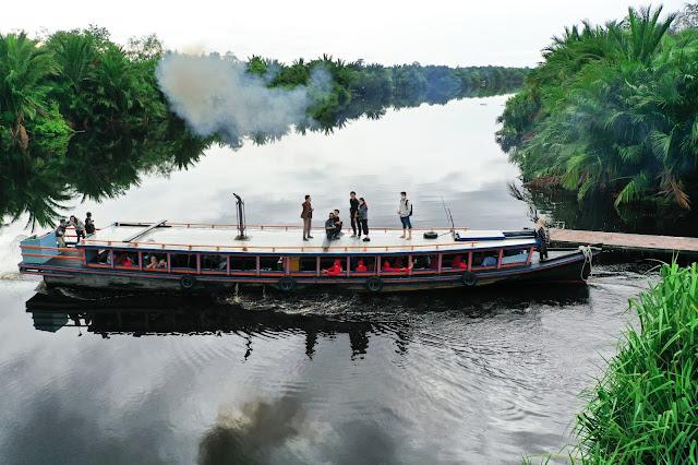 Kapal Klotok Susur Sungai Kampung Kencana