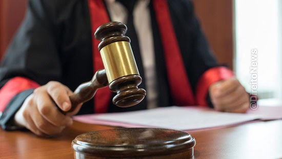 juiz chega pra la advogado processos