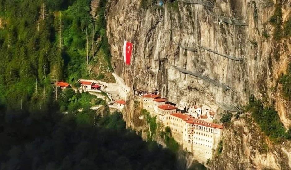 Παναγία Σουμελά: Την γέμισαν… τουρκικές σημαίες!
