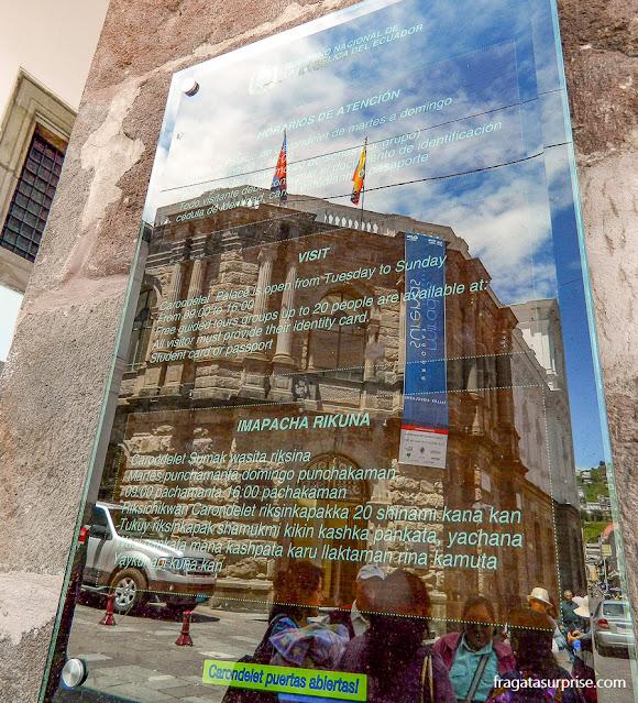 Placa trilíngue (espanhol, inglês e quíchua) no Palácio de Carondelet, sede do governo equatoriano