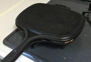 LAVA ホットサンドトースター 鋳鉄製で重いのでしっかりプレスできる