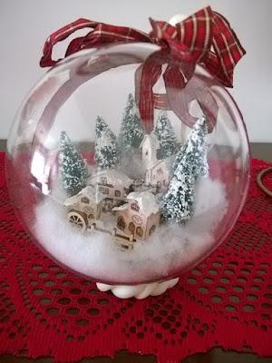 decoarzione-natalizia-con-palline-e-piccoli-paesaggi