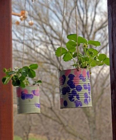 Strawberry planter dari kaleng bekas