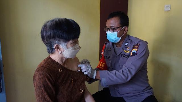 Polresta Banyumas Laksanakan Vaksinasi Dengan Cara Door To Door