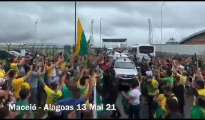 Bolsonaro é recepcionado por multidão em desembarque em Maceió para inauguração de obras (VEJA VÍDEO)