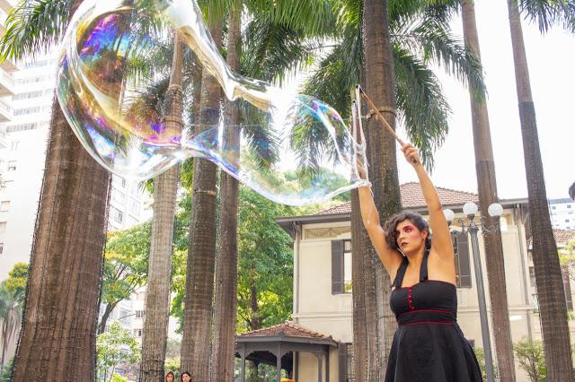 Atração Bolhas Gigantes para eventos empresariais em São Paulo.