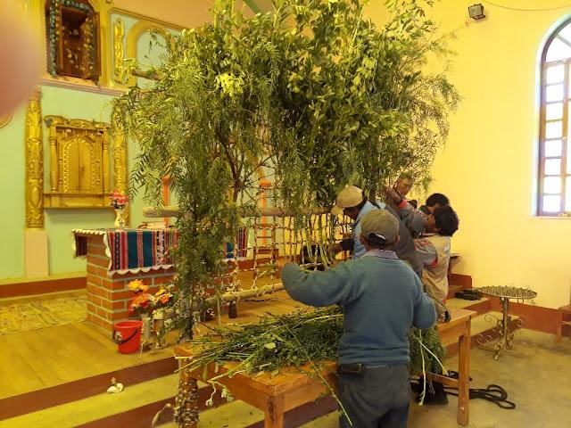Am Morgen des Karfreitags wird die Karfreitagsprozession vorbereitet. Das Corpus wird abgestaubt, mit Grünzeug wird ein Kalvarienberg vor dem Altar aufgebaut und das Grab geschmückt. Die Frauen üben die Lieder, die wir während der Prozession singen werden.