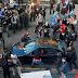 Momento en el que una persona conduce un auto hacia una multitud de manifestantes y abre fuego en Seattle