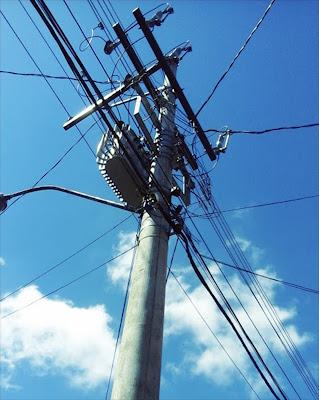 A foto mostra um poste de grande porte e a rede elétrica que traz o conforto através dos fios elétricos na era moderna da humanidade.