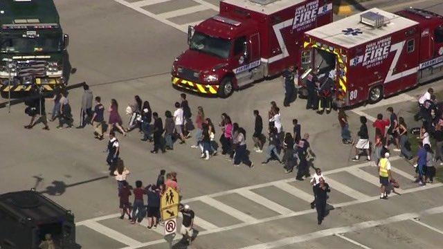 Um atirador abriu fogo em uma escola de ensino médio na Flórida na tarde desta quarta-feira (14), matando 17 pessoas, entre estudantes e adultos.