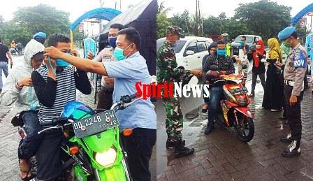 Pemerintah TNI dan Polri di Marbo Komitmen Bersama Pemdes Pattopakang Bagi Masker Di Posko Induk Kecamatan