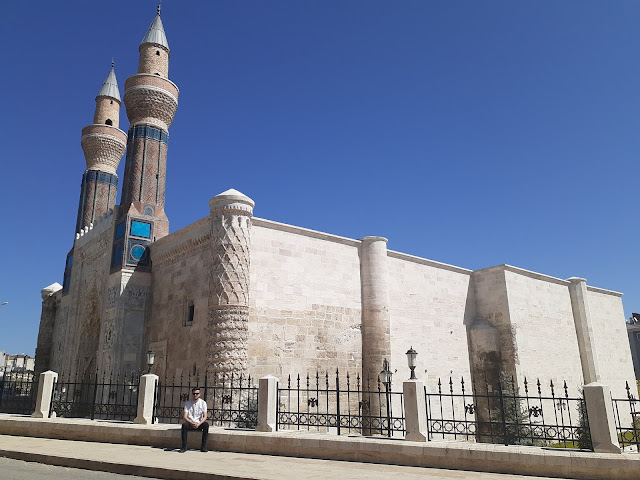 Harun İstenci Sivas'ta Gök Medrese önünde dinleniyor...