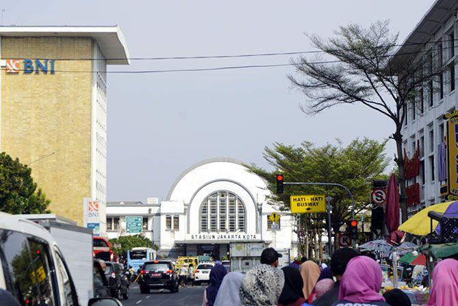 Pengunjung ramai di sekitaran Kota Tua Jakarta