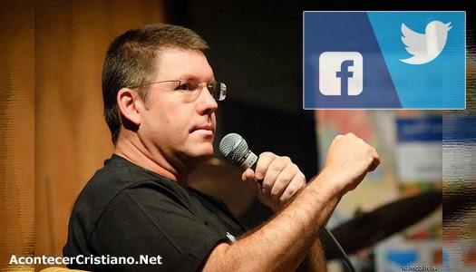 Pastor escribe los 10 mandamientos para el mejor uso de las redes sociales