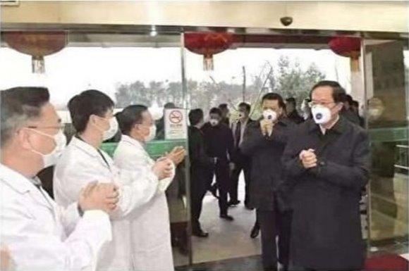 Tranh cãi việc quan chức Trung Quốc đeo khẩu trang chuyên dụng của bác sĩ