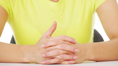 Τι δείχνει η θέση του αντίχειρα όταν σταυρώνετε τα χέρια