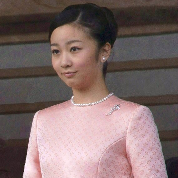 Princess Kako is the second daughter of Prince Akishino and Princess Kiko. Princess Kako is the granddaughter of Emperor Akihito and Empress Michiko. Diamond Tiara, diamond earrings, diamond rings, gift Christmas diamond rings