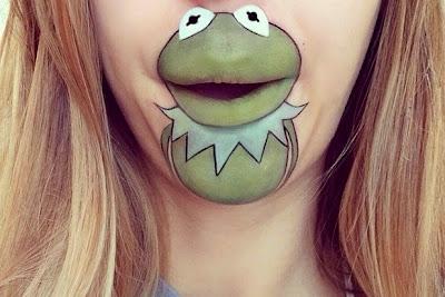 Kermit the frog cobra vida en el rostro de una mujer