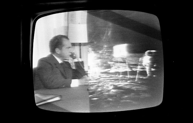Presidente Richard Nixon falando ao vivo com astronautas na Lua durante transmissão de TV