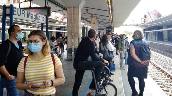 Caos a Magliana, saltano due corse della Roma-Lido: pendolari infuriati