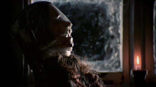 Clare dibungkus plastik dan diikat di kursi yang terdapat pada loteng
