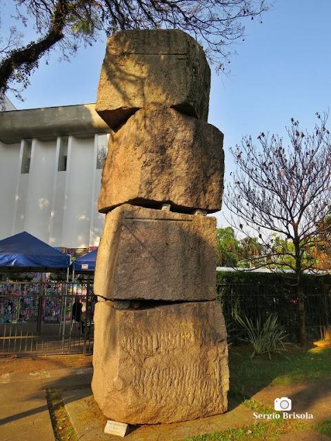Close-up da Escultura Coluna Infinita David - MuBE - Jardim Europa - São Paulo