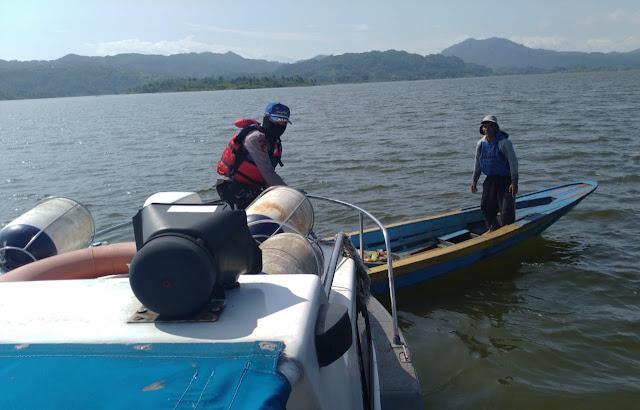 Berikan Rasa Aman, Sat Polair Polres Sumedang Patroli di Perairan Bendungan Jatigede