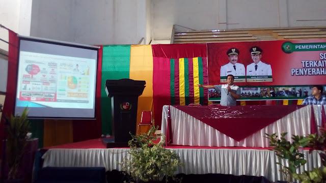 Muhammad Dahlan Gantoe sedang memperlihatkan model infografis dana desa