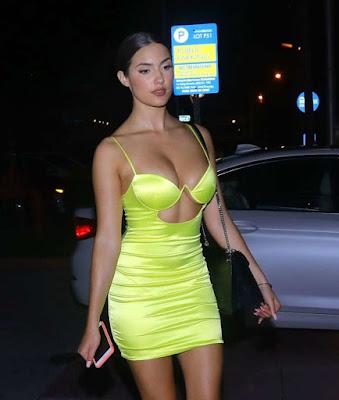 Модель Тао Вікрас (Tao Wickrath) в короткій сукні жовтого кольору