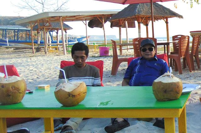 Romantis! Di pinggir pantai Rumaksi dan Habibi bicara pariwisata, bukan politik